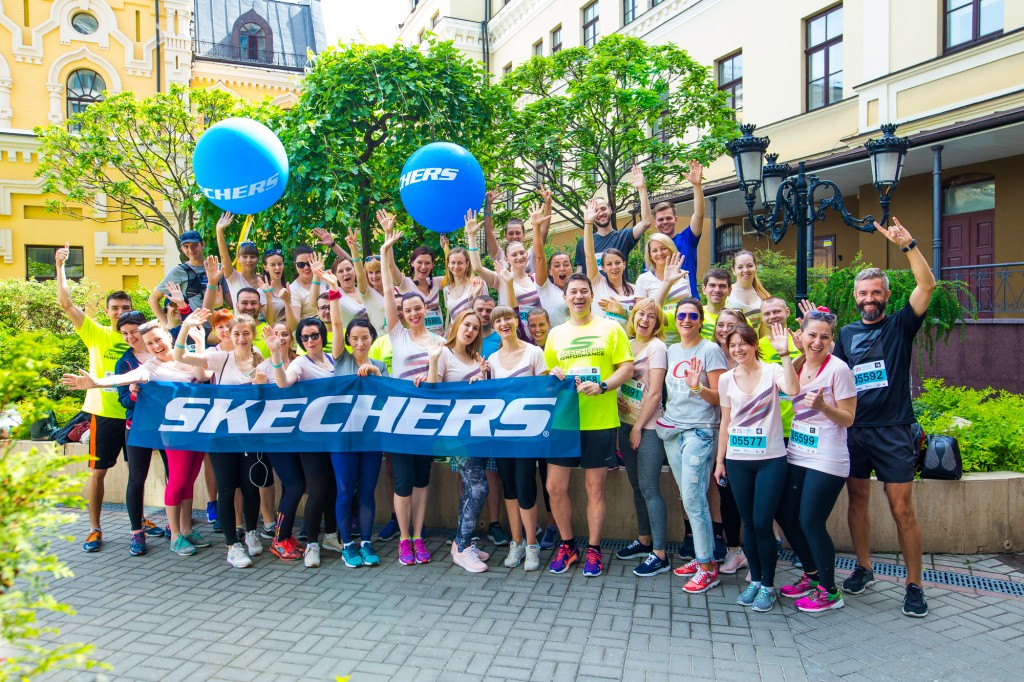 На старте Пробега команда «Skechers» - photo